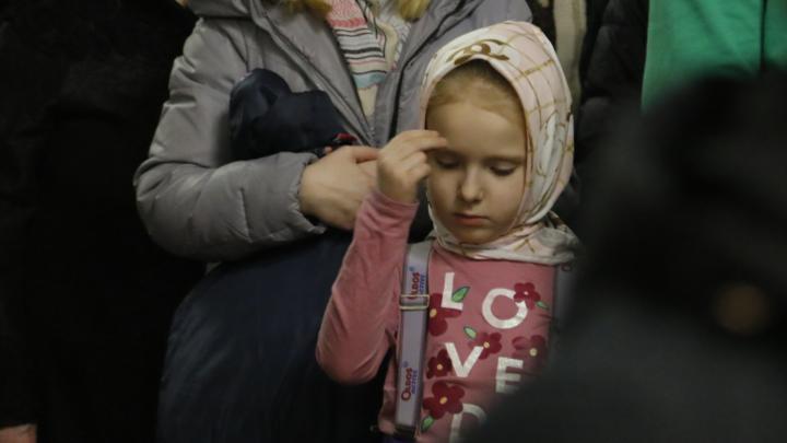 «Не вмещается во Вселенной, вместился в убогих яслях»: ночные фото с Рождественской службы в Архангельске