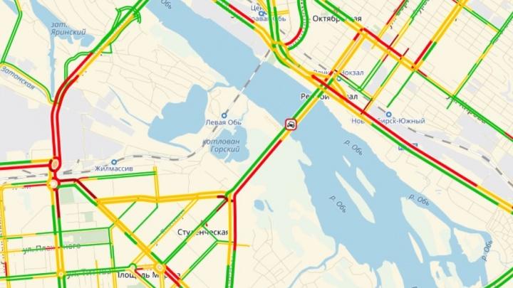 Авария собрала двухкилометровую пробку на Октябрьском мосту