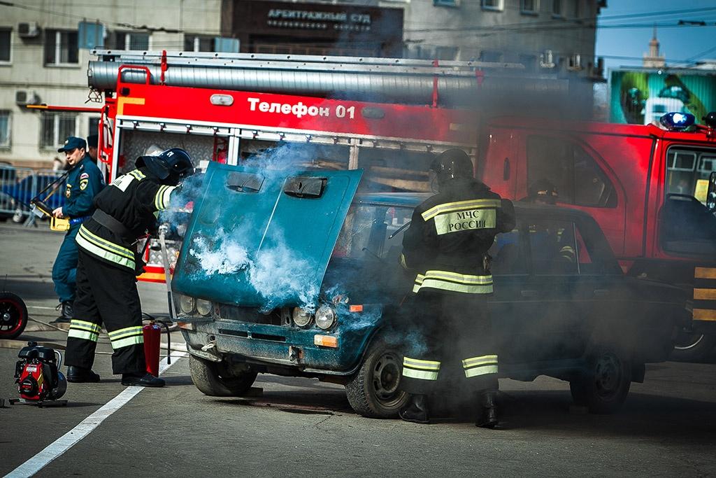 Тушить автомобили пожарные учатся специально