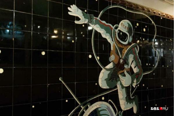 На панно «Выход человека в открытый космос» изображен Алексей Леонов