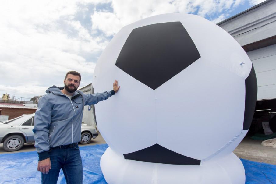 Прошлым летом компания Артёма Мазанова сшила самый большой в мире мяч