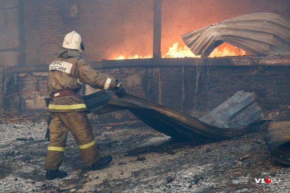 Когда приехали пожарные, горели два строения