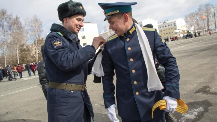 Распределены все: в Челябинске курсантам-штурманам вручили погоны и дипломы