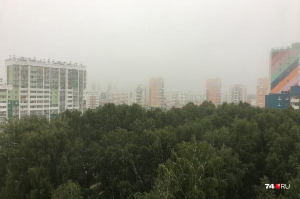 Утром в понедельник над Челябинском появилась ещё и дымка, но специалисты успокоили: это — всего лишь туман