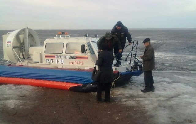 Несколько десятков самарских рыбаков сняли с дрейфующей льдины под Ульяновском