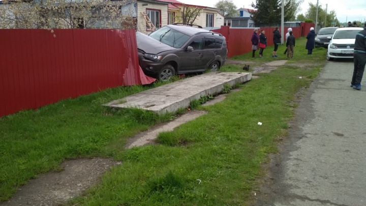 В Ялуторовском районе 46-летний мужчина врезался в забор на внедорожнике. Водитель погиб