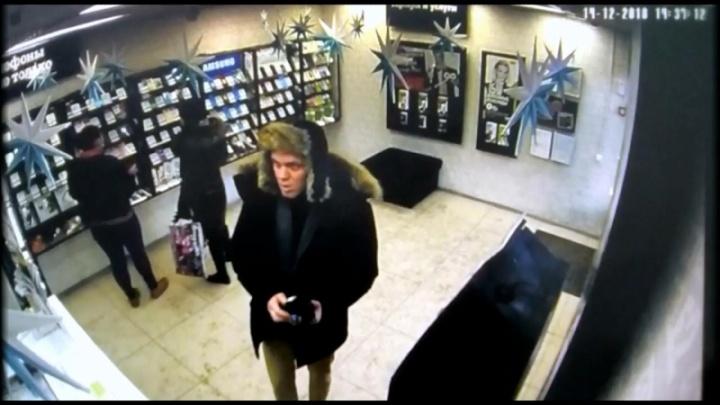 В Екатеринбурге воришка в шапке-ушанке стащил гаджет в салоне сотовой связи
