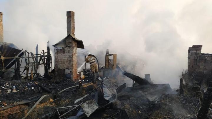 На улице Чулымской сгорел частный дом— огонь перешёл на соседний участок
