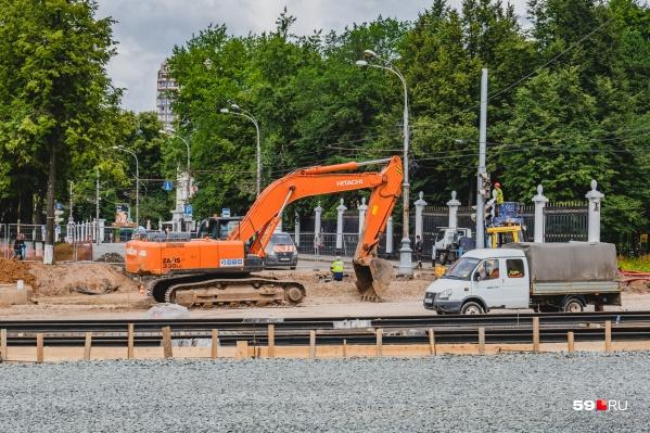 Сейчас трамвайные пути укладывают у парка Горького