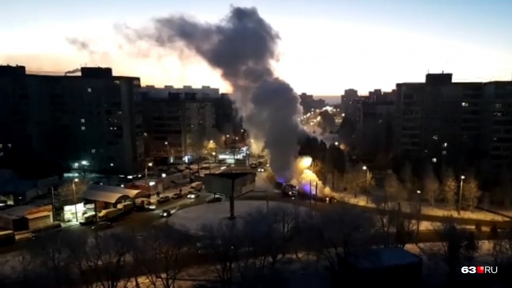 «Автомобиль превратился в факел!»: в Самаре на улице Димитрова машина загорелась на ходу