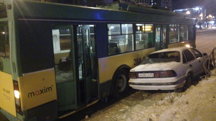 От удара вырвало колёса: в Ленинском районе произошло ДТП с участием троллейбуса