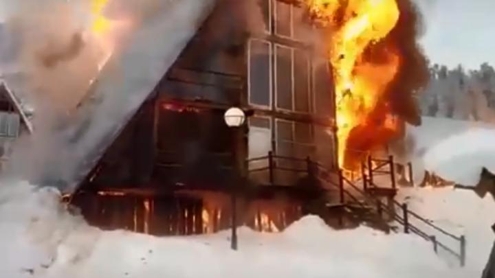 На популярной базе в Ергаках сгорело несколько жилых корпусов