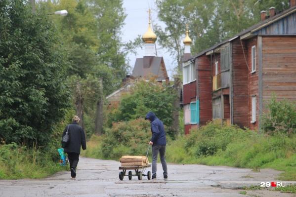 Половина домов на Краснофлотском не благоустроена, и во многих — печное отопление