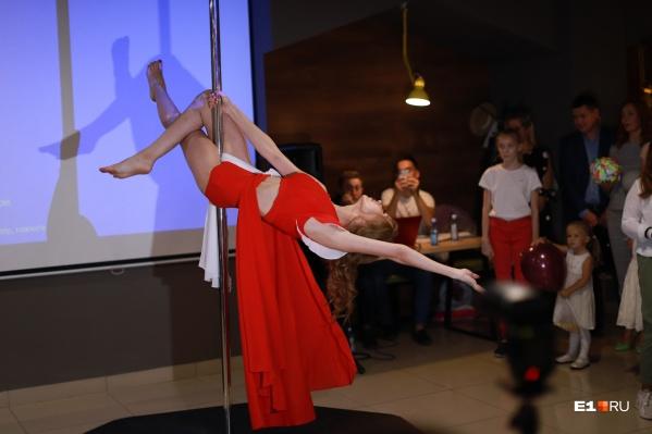 Некоторые конкурсантки решили удивить жюри танцами на пилоне