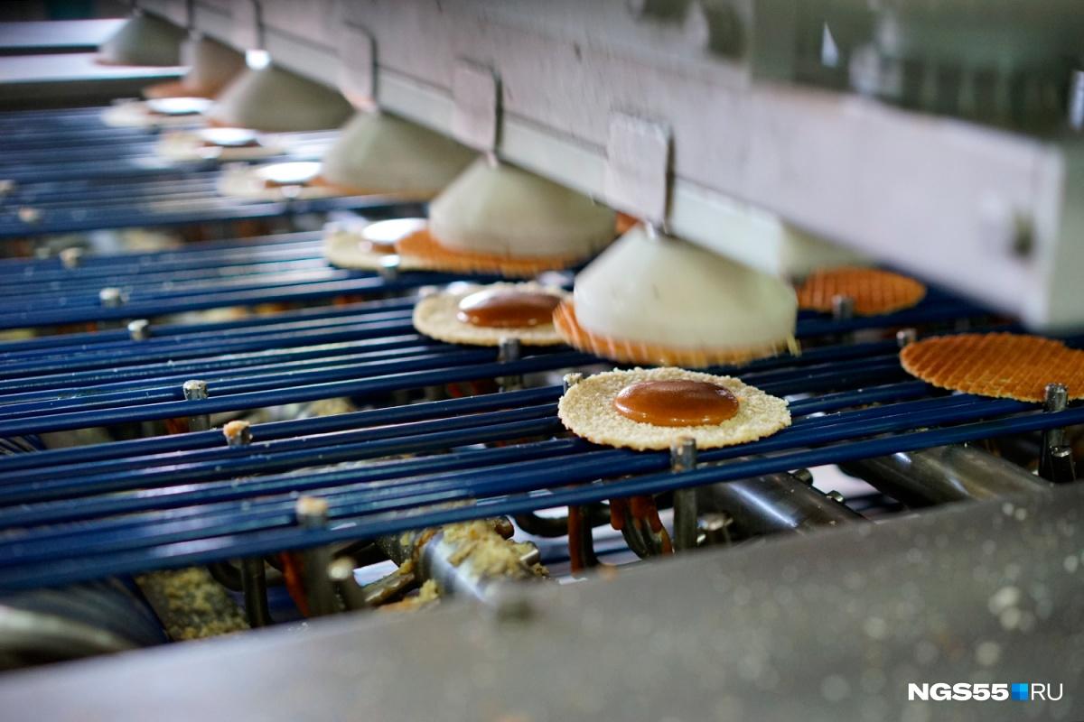 Приготовление сиропных вафель на конвейере