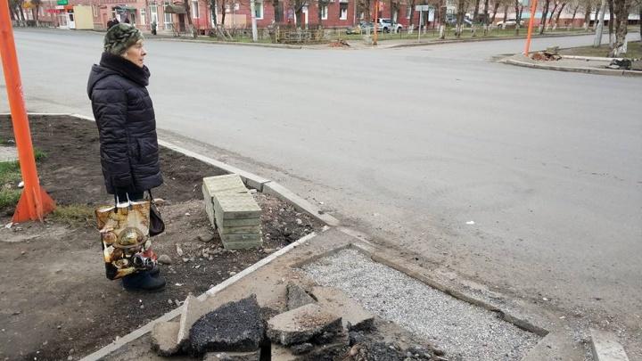 Выломанный асфальт скинули на пешеходную дорожку для монтажа плитки