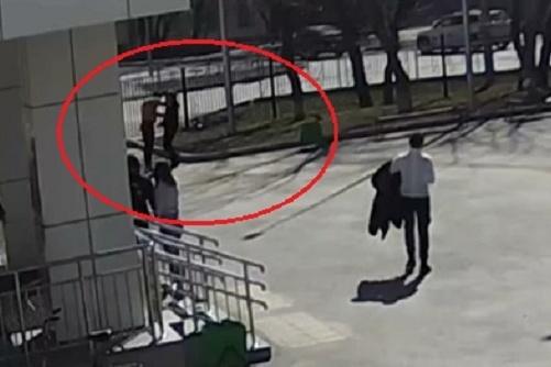 Драка попала в объектив уличной камеры, установленной на здании школы