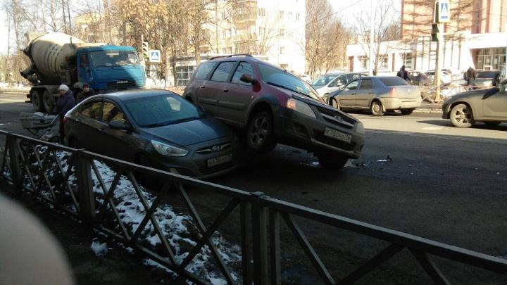 В Ярославле «Лада» припарковалась на иномарке: кадры