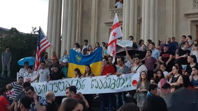 «Митингующие выносят флаги США и Украины, скрещивают с грузинским»: туристы — о событиях в Грузии