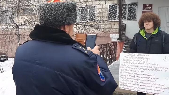 «Я готов убирать навоз, но не пойду»: житель Серафимовича вышел на пикет против реформ и ищет работу