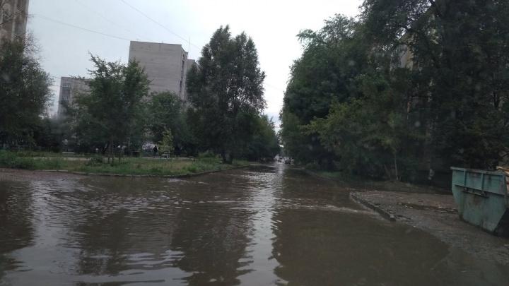 Из-за ливня в Самаре затопило улицу Красных Коммунаров