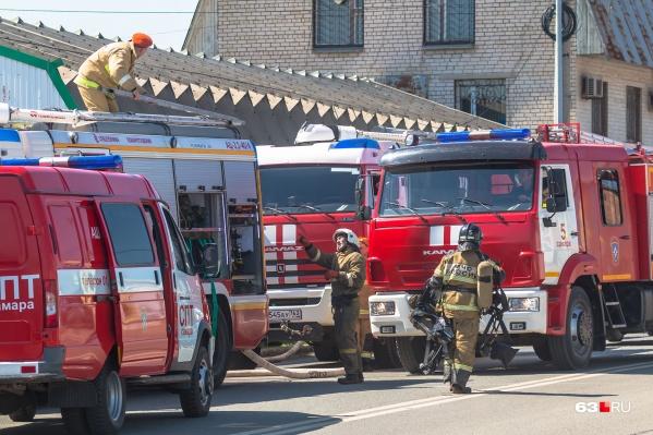 На месте происшествия работали пять пожарных расчетов