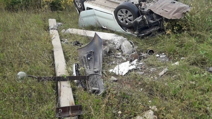 KIA снесла столб и опрокинулась в кювет на трассе в Башкирии