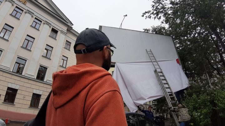 «Шиес наш!» на 22 часа: в Архангельске всё-таки демонтировали баннер напротив здания ФСБ