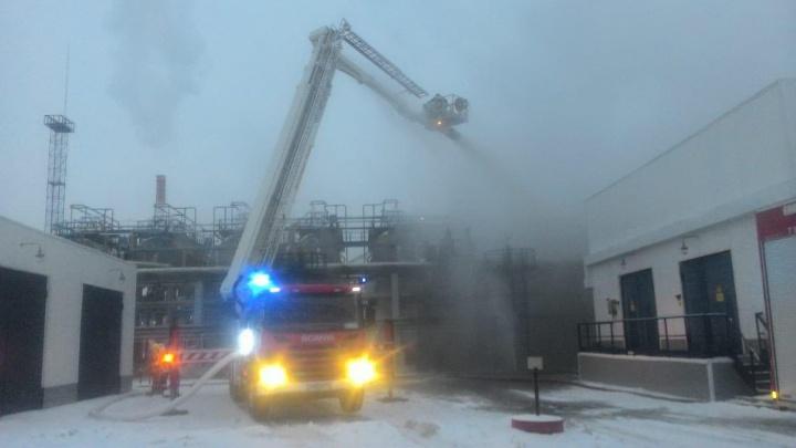 На омском нефтезаводе загорелся резервуар