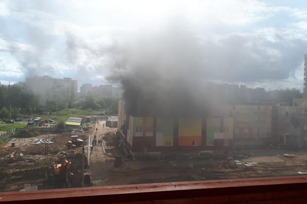 Из-за пожара весь микрорайон был в дыму