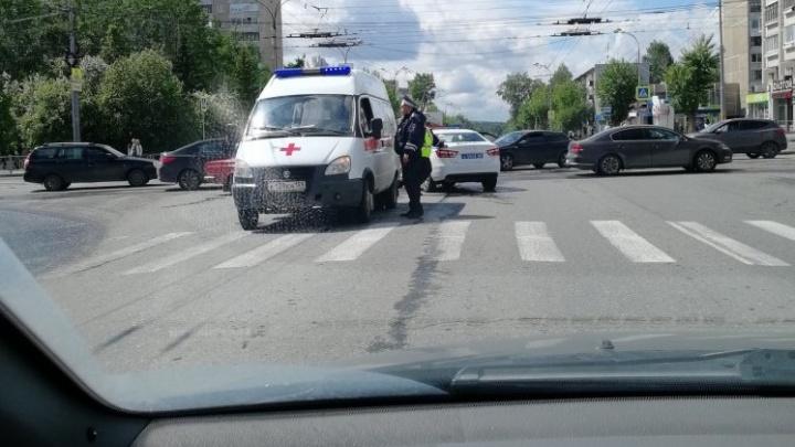 «Вся боковая дверь была замята»: на ВИЗе машина скорой помощи столкнулась с легковушкой
