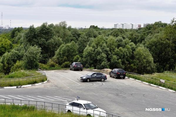 Сейчас будущая дорога-дублёр обрывается на самом интересном месте — раньше здесь даже был «самый безопасный» пешеходный переход