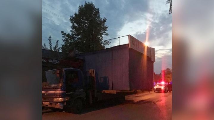В Ирбите водитель парализовал движение, когда перевозил на небольшом грузовике киоск с шаурмой