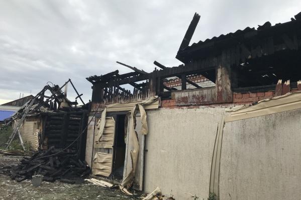 Гараж и баня сгорели практически полностью