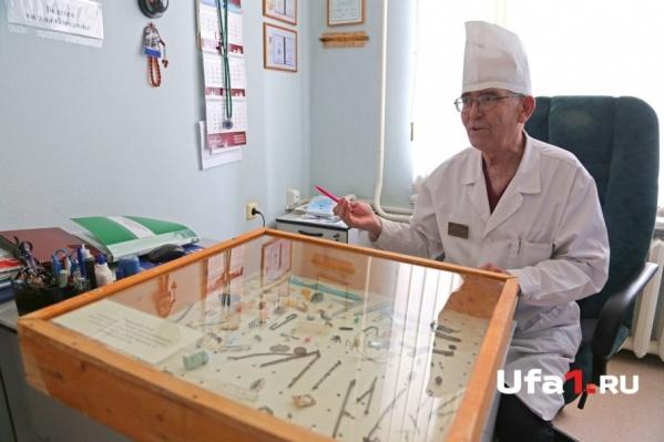 Заведующий отделением Шамиль Зарипов поведал историю необычного стенда