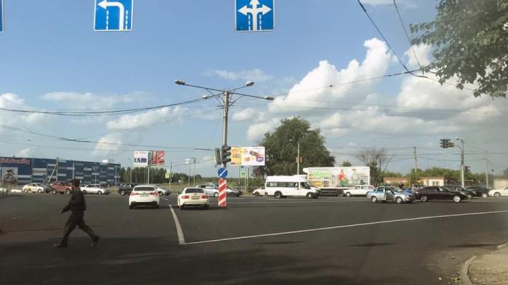 Наперекрёстке перед «Гигантом» на Мочищенском шоссе сделали разметку, которая путает автомобилистов