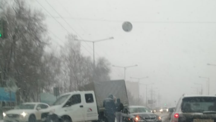 Насадил на крышу: в Самаре BMW въехал под грузовик