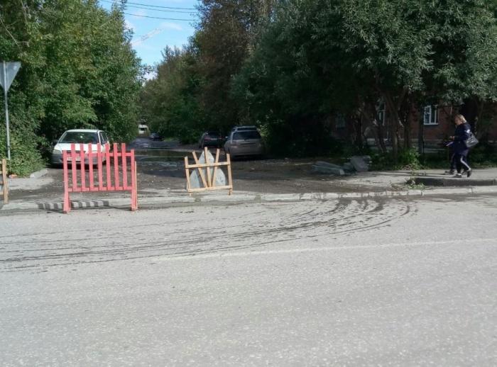 Бордюр перекрыл въезд на территорию военного городка