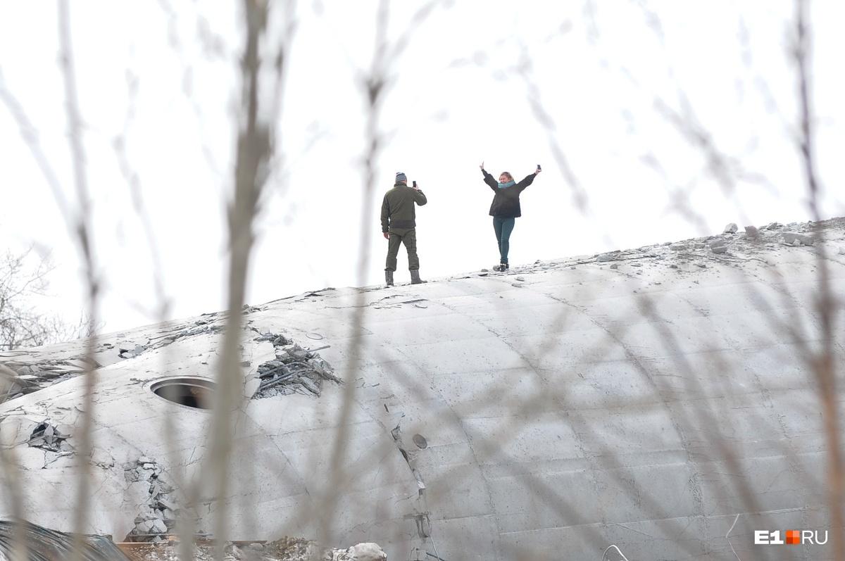 Фотограф и его модель стоят прямо на стволе башни. До сих пор сложно поверить, что он лежит на земле