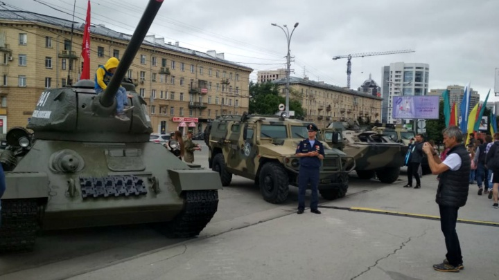 К ГПНТБ съехались танки и бронетранспортеры