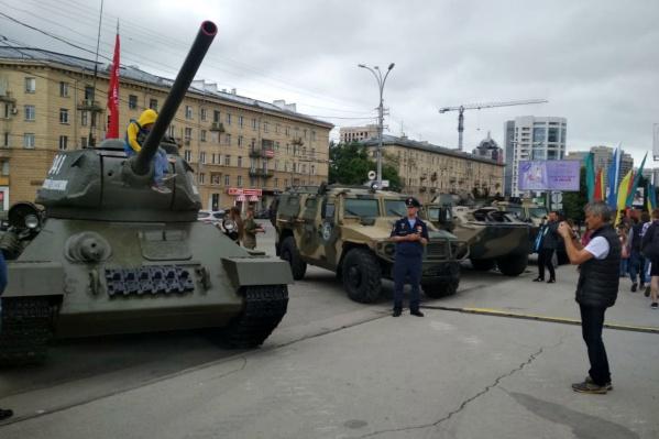 Среди военной техники оказался и легендарный Т-34