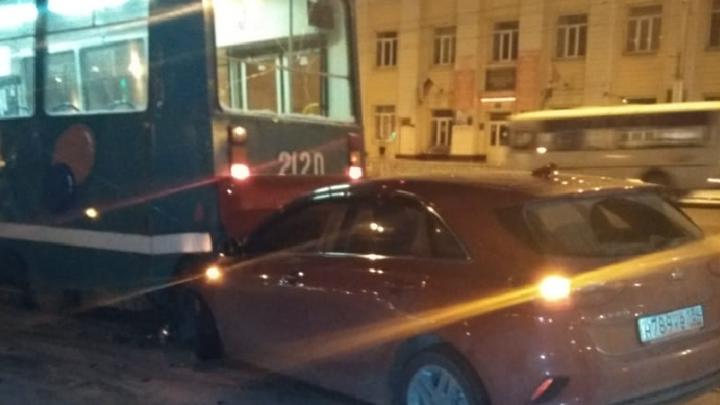 Первые жертвы гололёда: водитель KIA на скользкой дороге залетел под трамвай