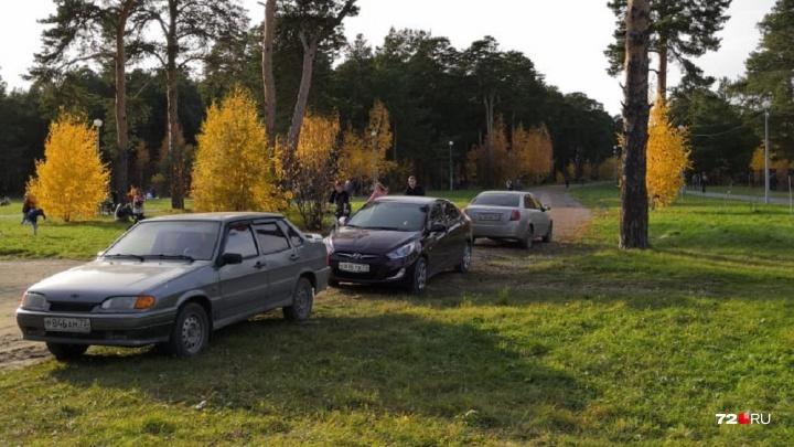 «Я паркуюсь, как..»: автохамы в Гилевской роще и таксист, заблокировавший на стоянке несколько машин