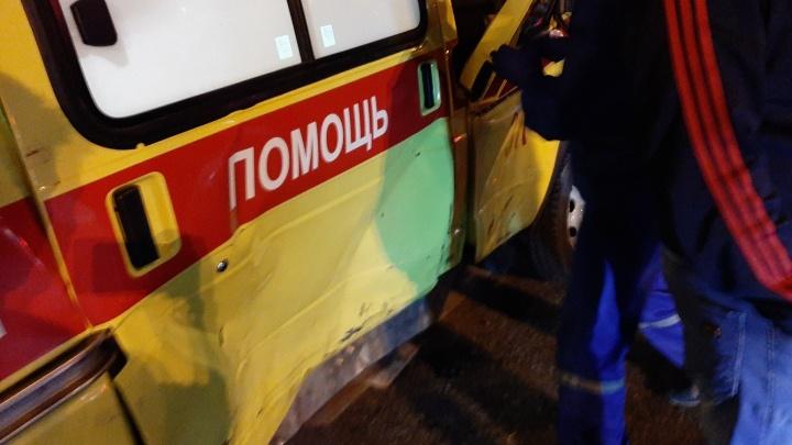 В центре Тюмени в ДТП попали врачи скорой помощи, которые везли пациента