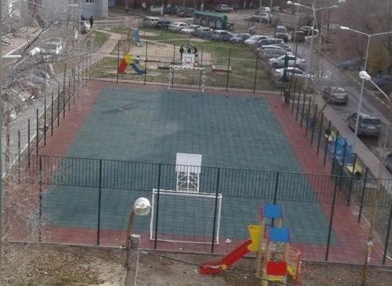 Во дворе на Ватутина неизвестные сняли сто метров ограждения со спортивной площадки