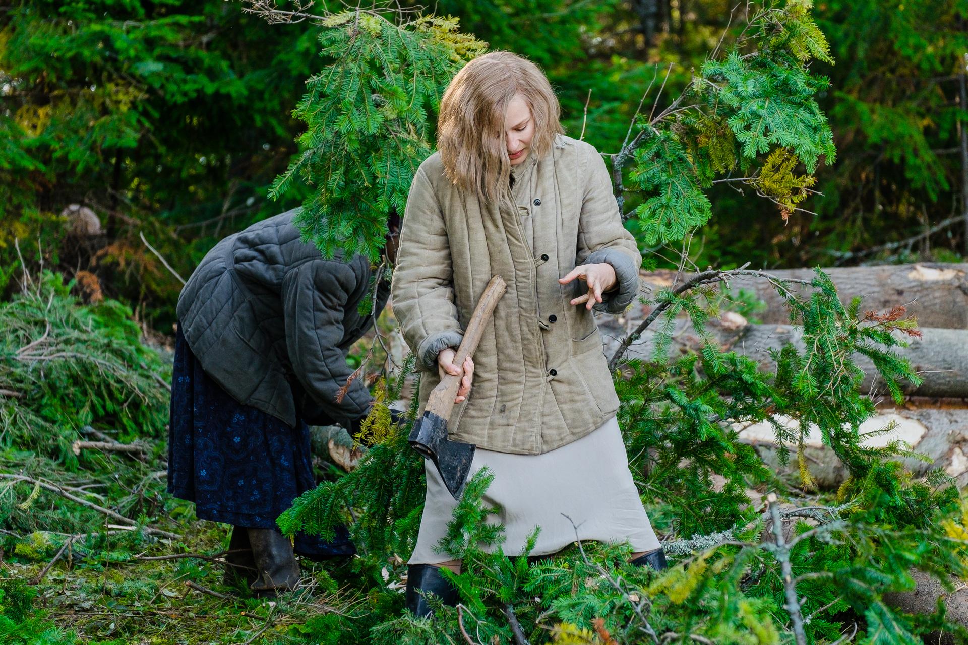 Юлия орудует топором уже не в первый раз