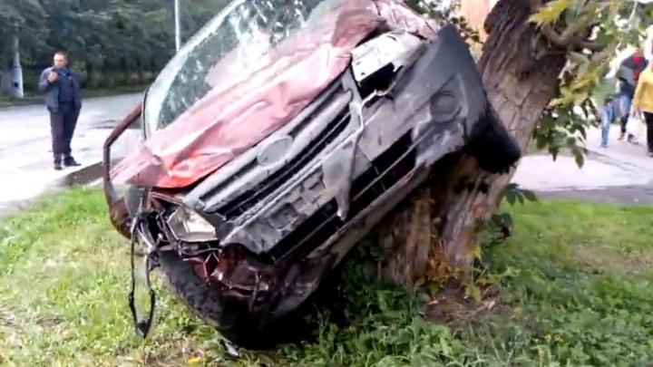 Пострадала женщина: челябинец на Lada Granta протаранил учебную машину и налетел на дерево