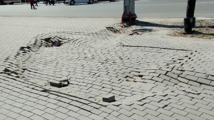 «Скоро под землю уйдем!»: провал плитки на Московском шоссе стал еще больше