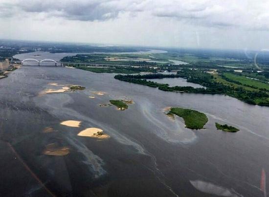 Нефтяные пятна видно на поверхности реки. Фото:koza.press