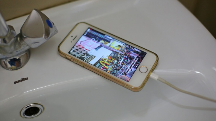 Девочка принимала ванну со смартфоном на зарядке и погибла от удара током